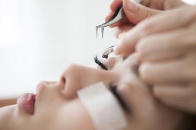 舞鶴の格安まつ毛エクステサロンはクベーラ 美容師が施術します。