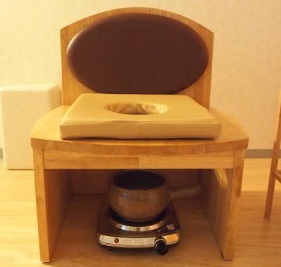 クベーラはよもぎ蒸しにこだわり、オーダーメイドのいすを使っています